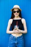 Лимонад питья девушки Стоковое Изображение RF