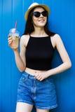 Лимонад питья девушки Стоковое фото RF