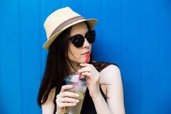 Лимонад питья девушки Стоковая Фотография RF