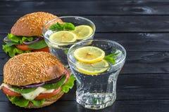 Лимонад с бургерами veggie на черной деревянной предпосылке Стоковое Изображение RF