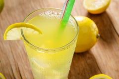 Лимонад с зеленой соломой Стоковое Изображение