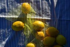 Лимоны в желтой сетчатой сумке Стоковая Фотография RF