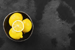 Лимоны в шаре глины на темной предпосылке Взгляд сверху, космос экземпляра Стоковые Изображения