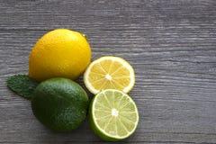 Лимоны и известки на белом деревянном столе Стоковое фото RF