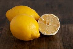 2 лимоны и половины отрезали стоковая фотография rf