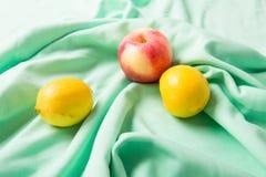 Лимоны и яблоко Стоковое Изображение RF
