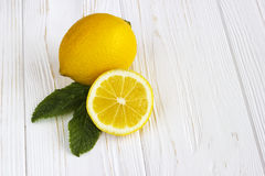 Лимоны на белом деревянном столе Стоковые Фотографии RF
