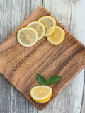 Лимоны на деревянной плите с космосом экземпляра стоковые фотографии rf