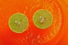 Лимоны на оранжевом студне 3 стоковое фото