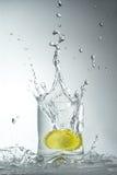 Лимоны упали в стекло Стоковое Изображение
