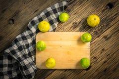 Лимон взгляд сверху помещен на старом деревянном столе Стоковые Фотографии RF