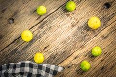 Лимон взгляд сверху помещен на старом деревянном столе Стоковое Изображение