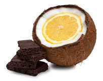 Лимон внутри кокоса и частей шоколада изолированных на белизне Стоковые Фото