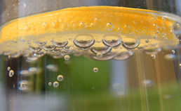Лимон в воде стоковое фото rf