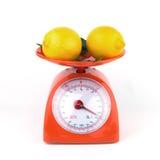 Лимон в изолированном масштабе веса Стоковые Фото