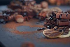 Лимон, гайки и ассортимент точных шоколадов Стоковые Фотографии RF