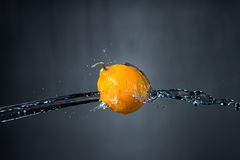 Лимон и выплеск воды на серой предпосылке Стоковое Изображение RF
