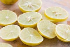Лимон и известка на деревянной разделочной доске Стоковое фото RF
