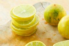 Лимон и известка на деревянной разделочной доске Стоковые Фото
