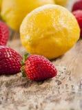 Лимон и клубники закрывают вверх Стоковое фото RF