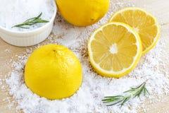 Лимон и соль моря - косметика с органическим острословием косметик стоковые изображения rf