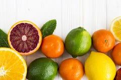 Лимон, красный апельсин, апельсин, грейпфрут, известка на старом деревянном столе Стоковые Изображения RF