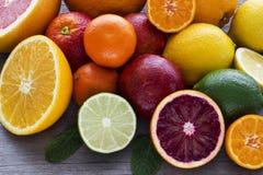 Лимон, красный апельсин, апельсин, грейпфрут, известка, tangerine на старом wo Стоковое Изображение RF