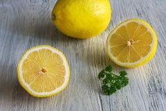 Лимон на белом деревянном столе Селективный фокус Половины лимона Стоковое Изображение