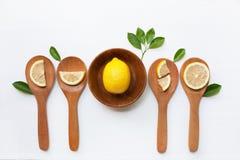 Лимон на деревянных кусках шара и лимона на деревянной ложке Стоковая Фотография