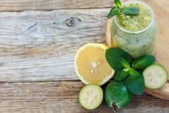 Лимон протертый с плодоовощ feijoa и sprig мяты Стоковая Фотография RF
