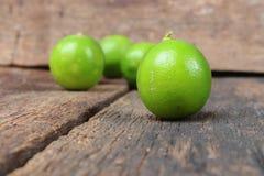 Лимон с зеленым цветом на деревянном столе, взгляд сверху Стоковая Фотография