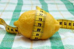 Лимон с измерять длины Стоковые Фотографии RF
