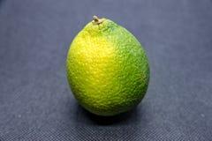 Лимон с коркой на черной предпосылке Стоковое Фото