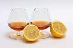 лимон 2 половин стекел конгяка Стоковое Фото