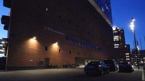 Лимузины автомобилей Мерседес-Benz роскошные припаркованные перед Эльбой филармонической акции видеоматериалы