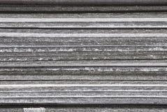 Линейная текстура серых плит шифера азбеста штабелированных na górze взгляда со стороны конца-вверх одина другого стоковые фото