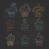 Линейные значки пирожных на чертеже черной предпосылки стилизованном  Стоковые Фото