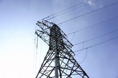 Линии высокого напряжения на фоне станций электрического распределения на восходе солнца стоковое фото