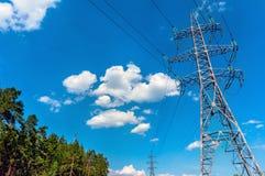 Линии высокого напряжения против голубого неба Стоковое Фото