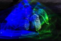 Линии движение долгой выдержки сини и зеленого света над тапками Стоковое фото RF
