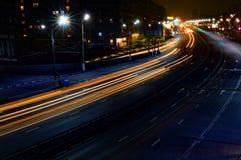 Линии долгой выдержки на дороге стоковое изображение