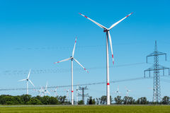Линии передачи энергии и windwheels в Германии Стоковые Фото