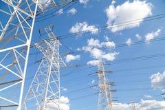 Линии передачи энергии против голубого неба Стоковые Изображения