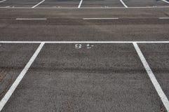 линии раздела асфальта дробят вымощенную стоянку автомобилей на участки стоковые изображения rf