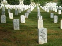 Линии усыпальниц на кладбище мемориала Арлингтона Стоковые Изображения