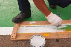 Линии улицы маркировки работника человека художника дороги Стоковое Фото
