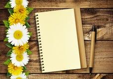 Линии цветков маргаритки и одуванчика и блокнот Стоковые Изображения