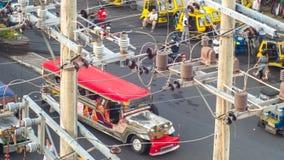 Линии электропередач в городе Трансформаторы и телефонные линии против дороги в филиппинском городе Стоковое фото RF