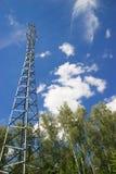 Линии электропередач в лесе, облаках и голубом небе, высоковольтных проводах Стоковое фото RF