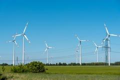 Линии электропередач и двигатели ветра стоковые фотографии rf